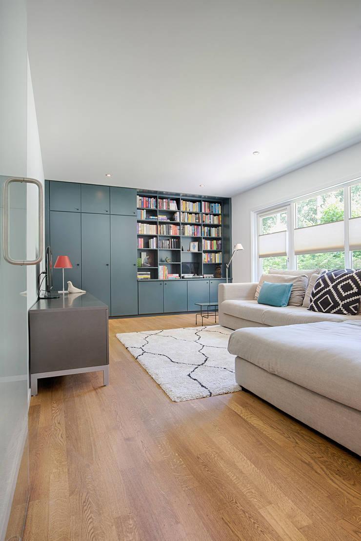 視聽室 by StrandNL architectuur en interieur, 現代風