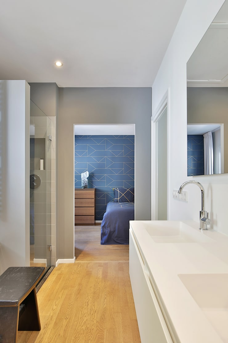 浴室 by StrandNL architectuur en interieur, 現代風
