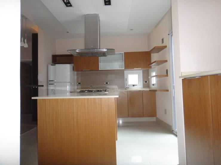 Cocina Comedor: Cocinas a medida  de estilo  por GR Arquitectura,Moderno Madera Acabado en madera