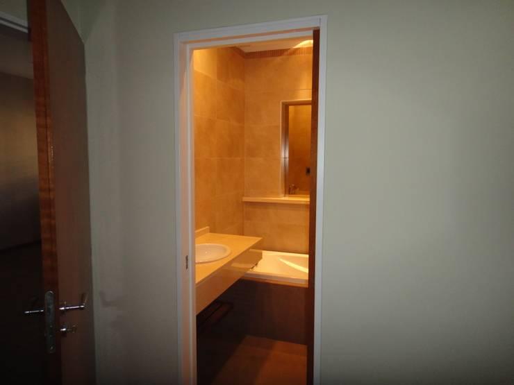 Badkamer door GR Arquitectura, Modern Marmer