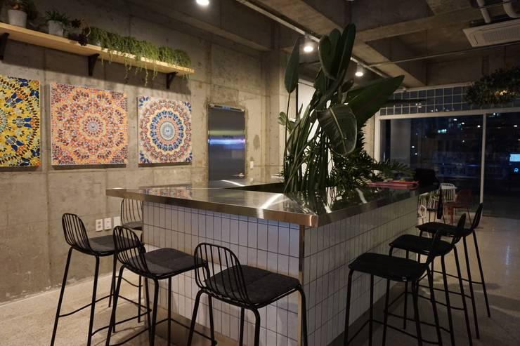 CAFE INTERIOR: 감자디자인의  다이닝 룸,