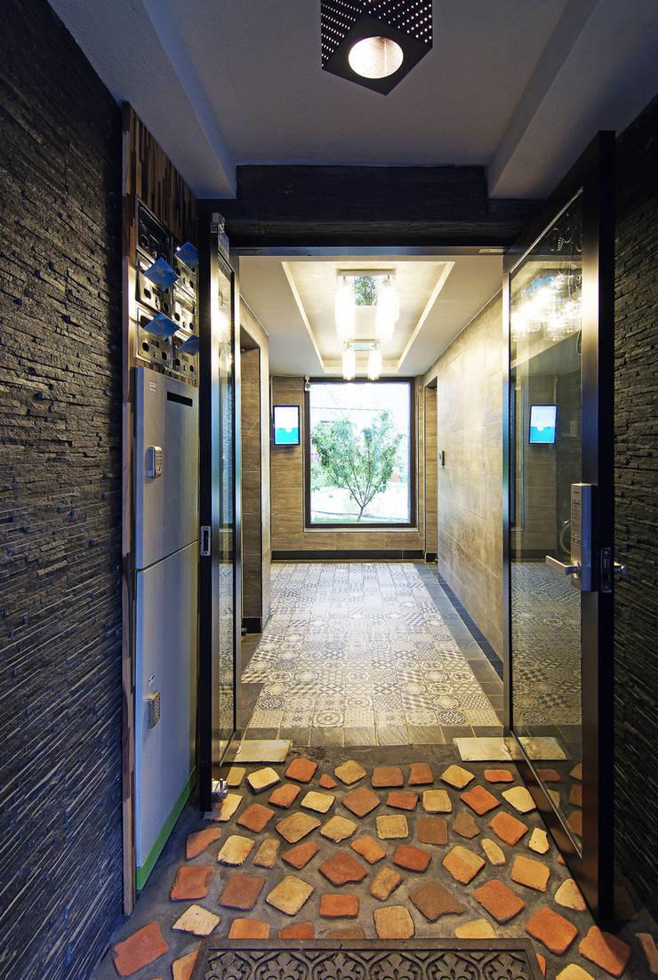 빛을 들이는 로비와 계단실: SPACEPRIME ARCHITECTURE의  복도 & 현관,