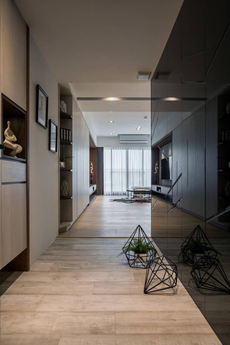 玄關:  走廊 & 玄關 by 解構室內設計