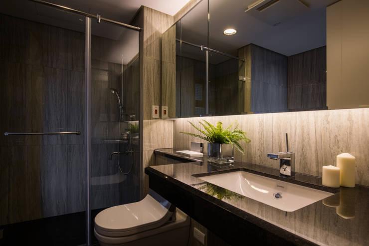 主臥浴室:  浴室 by 解構室內設計