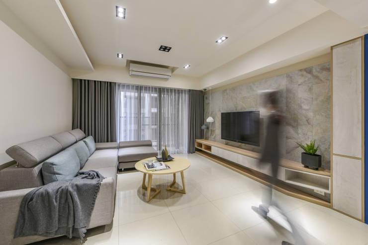 電視牆:  客廳 by 解構室內設計