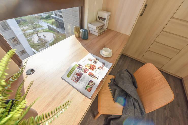 書房:  書房/辦公室 by 解構室內設計