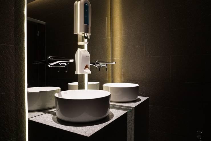 RESTAURANT INTERIOR: 감자디자인의  욕실,