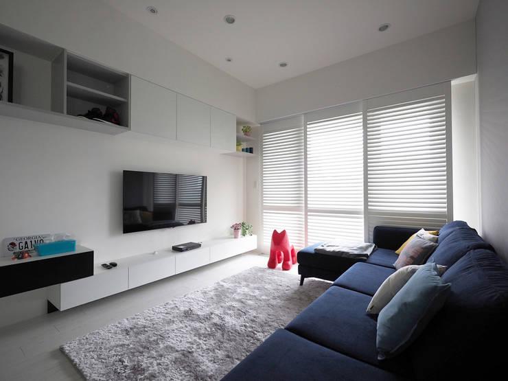 簡單北歐-民權匯:  客廳 by 富亞室內裝修設計工程有限公司