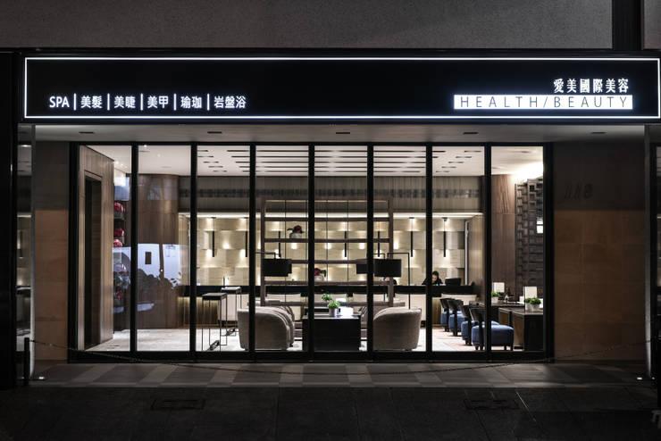 Escritório e loja  por 竹村空間 Zhucun Design