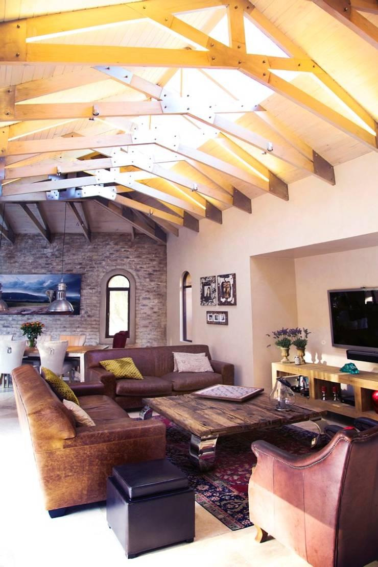 Villa Torino:  Living room by Plan Créatif