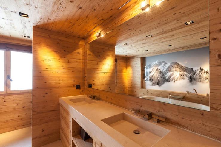 Badmöbel in Altholz und Steinabdeckung:  Badezimmer von RH-Design Innenausbau, Möbel und Küchenbau  im Raum Aarau