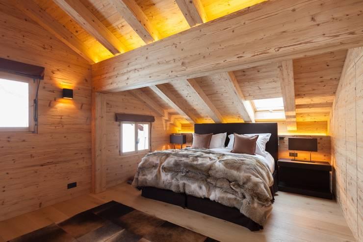 Schlafzimmer in Altholz:  Schlafzimmer von RH-Design Innenausbau, Möbel und Küchenbau  im Raum Aarau