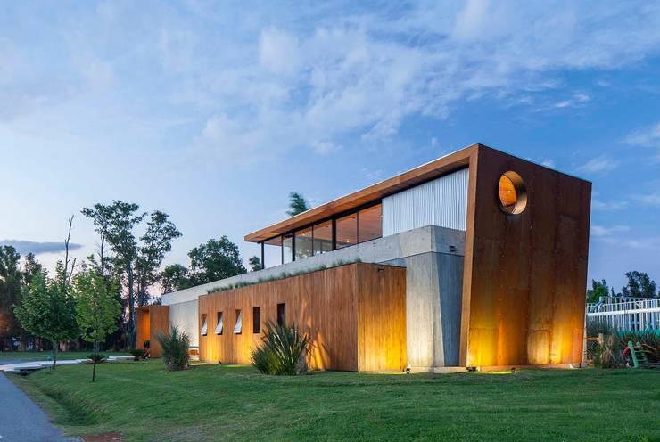 casa en hormigon: Galerías y espacios comerciales de estilo  por arfuso arquitectos,
