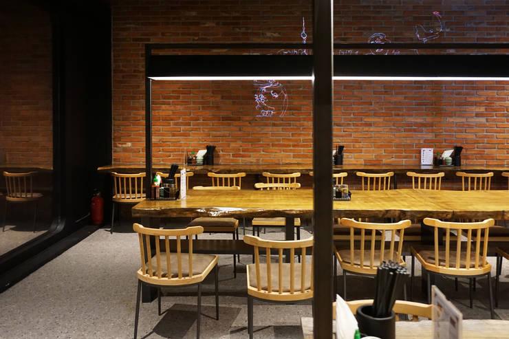 RESTAURANT INTERIOR: 감자디자인의  다이닝 룸,한옥
