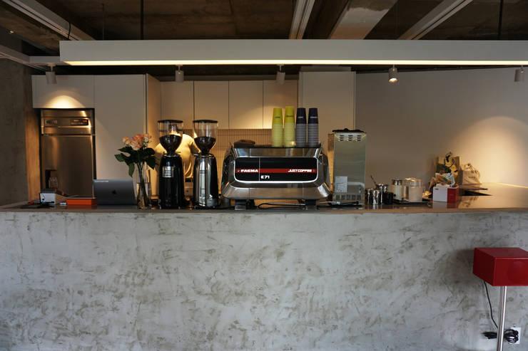 CAFE INTERIOR: 감자디자인의  작은 주방,