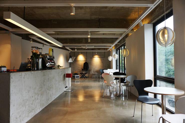 CAFE INTERIOR: 감자디자인의  빌트인 주방,