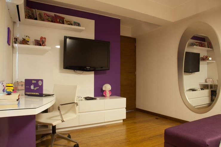 Dormitorio adolescente, zona tv y escritorio.: Dormitorios de estilo  por Jennifer Junek Arquiterctura interior residencial y comercial