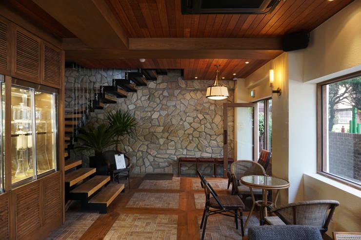 CAFE INTERIOR: 감자디자인의  계단,
