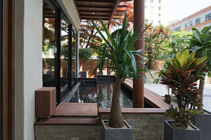 CAFE INTERIOR: 감자디자인의  정원 연못,