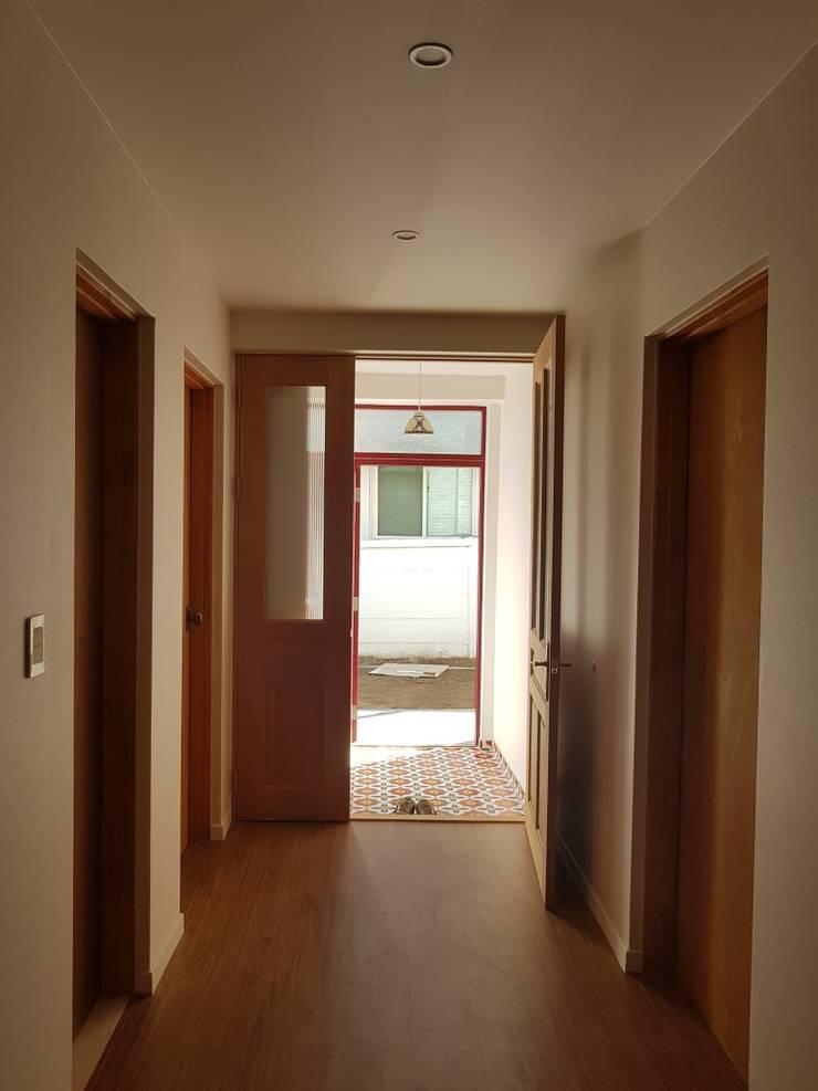 노부부를 위한 전원주택 수련집: 주식회사 큰깃의  복도 & 현관,