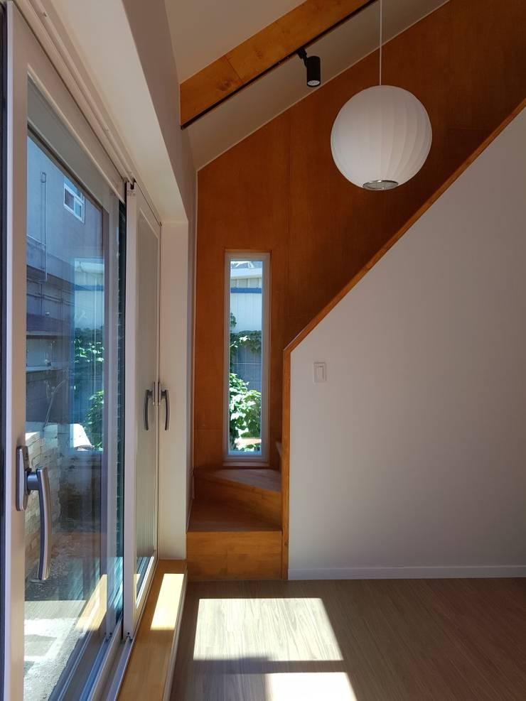 노부부를 위한 전원주택 수련집: 주식회사 큰깃의  거실,