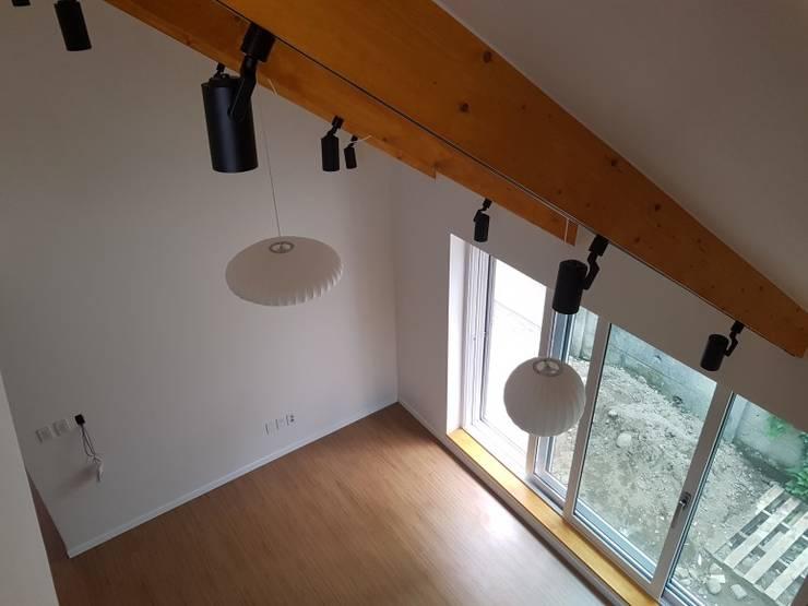 노부부를 위한 전원주택 수련집: 주식회사 큰깃의  계단,