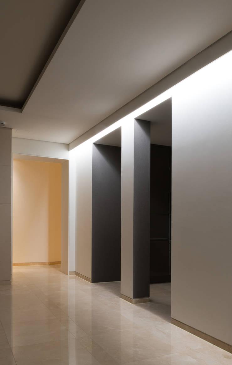 L HOUSE (청담동 카일룸): M's plan 엠스플랜의  다이닝 룸,