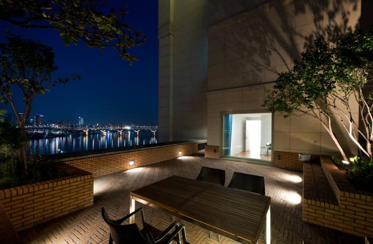 L HOUSE (청담동 카일룸): M's plan 엠스플랜의  정원,
