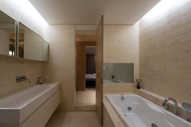 L HOUSE (청담동 카일룸): M's plan 엠스플랜의  욕실,