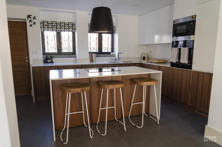 Armários e bancadas de cozinha  por Moderestilo - Cozinhas e equipamentos Lda