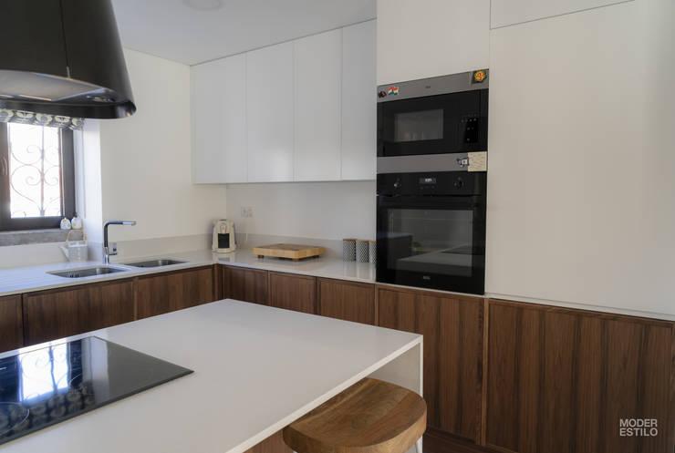 Cocinas equipadas de estilo  por Moderestilo - Cozinhas e equipamentos Lda