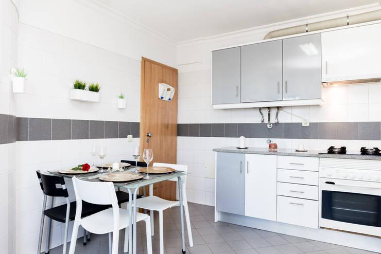 Cozinhas embutidas  por HOUSE PHOTO