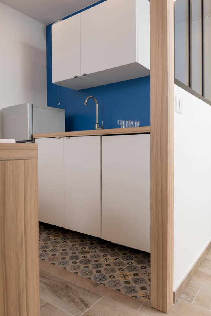 Chez Sophie et Philippe: Petites cuisines de style  par Camille BASSE, Architecte d'intérieur,