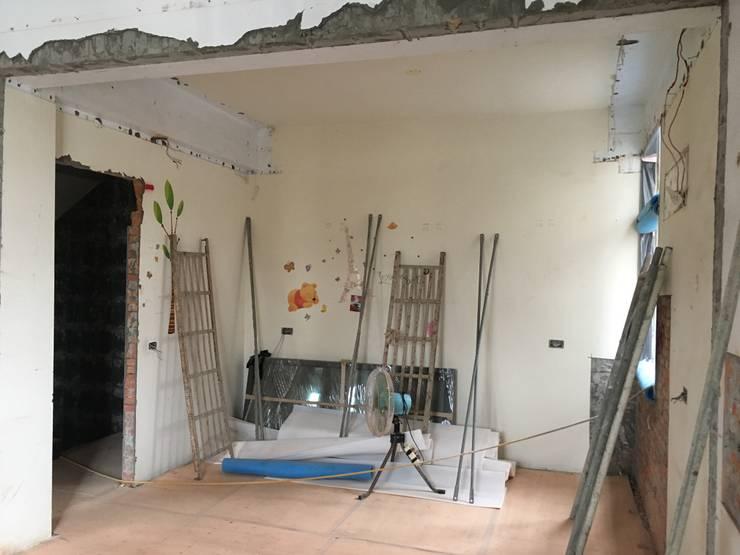 這是原本孝親房衣櫃的方向: 不拘一格  by 台中室內設計裝修|心之所向設計美學工作室, 隨意取材風