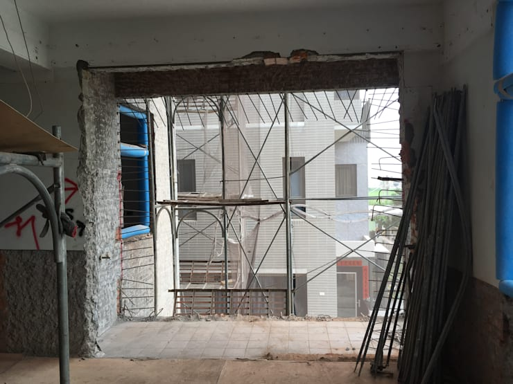 2樓工業風房間更衣室: 不拘一格  by 台中室內設計裝修|心之所向設計美學工作室, 隨意取材風