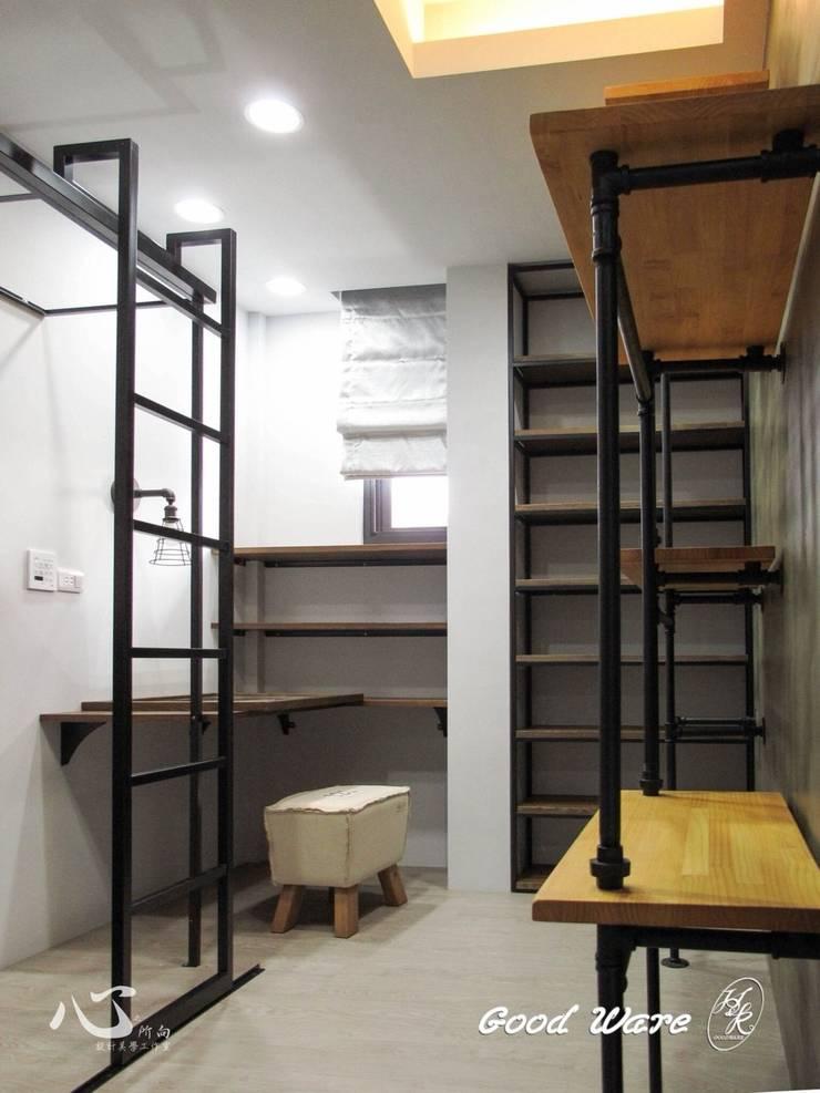 2樓工業風更衣室: 不拘一格  by 台中室內設計裝修|心之所向設計美學工作室, 隨意取材風