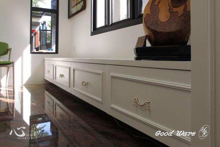 客廳的烤漆線板鞋櫃:  走廊 & 玄關 by 台中室內設計裝修|心之所向設計美學工作室