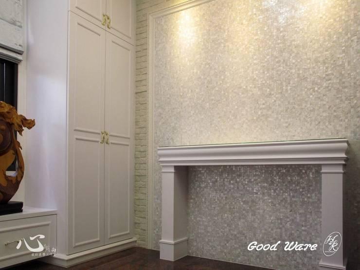 壁爐與牆面貝殼板:  客廳 by 台中室內設計裝修|心之所向設計美學工作室