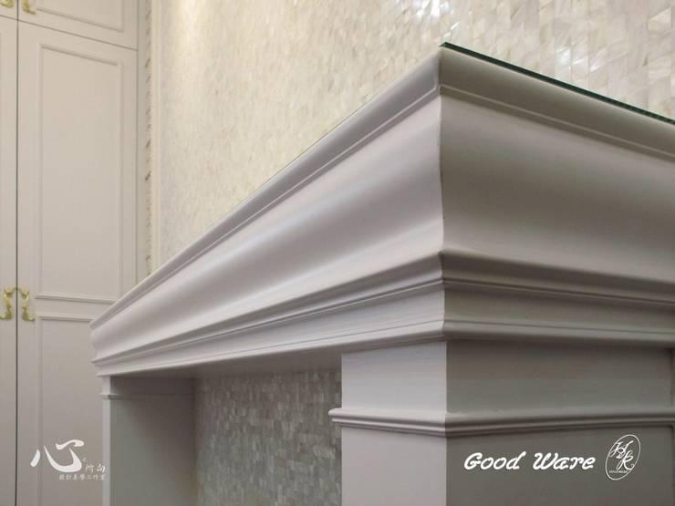 壁爐的線板細節:  客廳 by 台中室內設計裝修|心之所向設計美學工作室