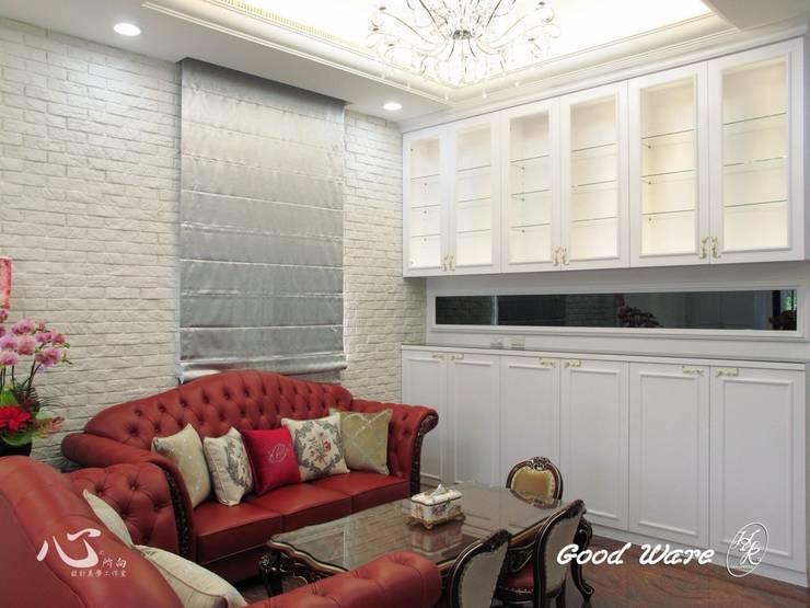 家具與牆面文化石,古典中結和現代元素:  客廳 by 台中室內設計裝修|心之所向設計美學工作室