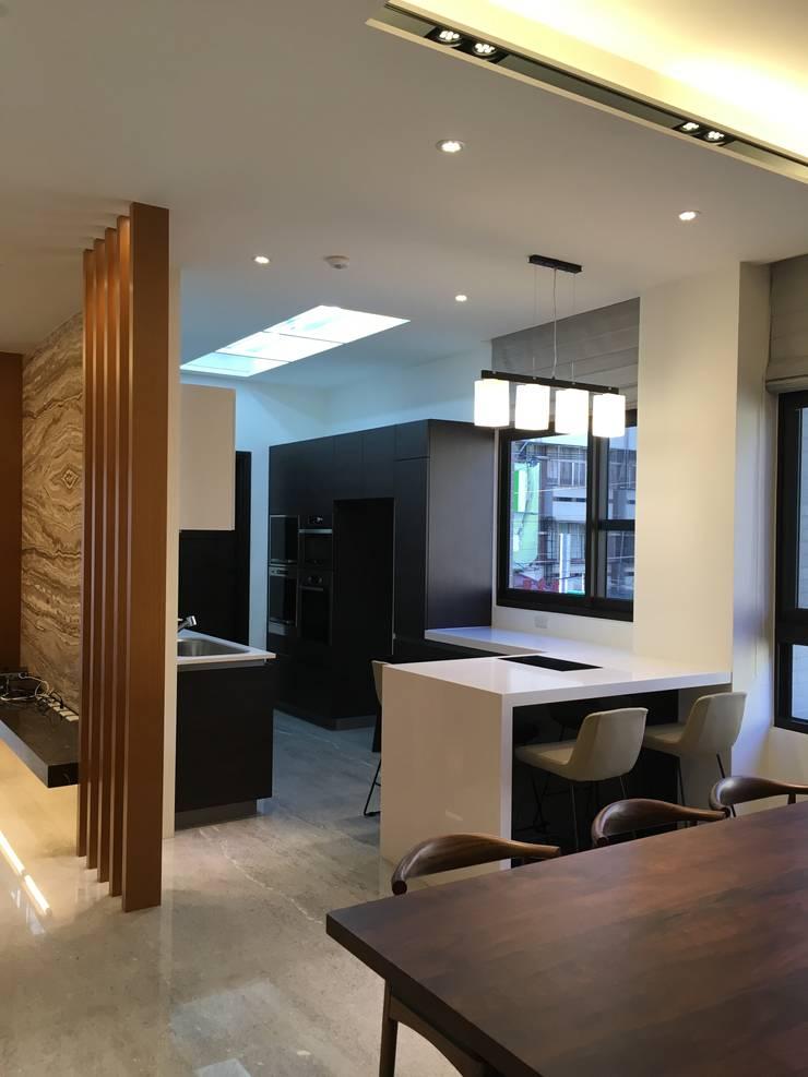 餐廳與廚房:  餐廳 by 台中室內設計裝修|心之所向設計美學工作室