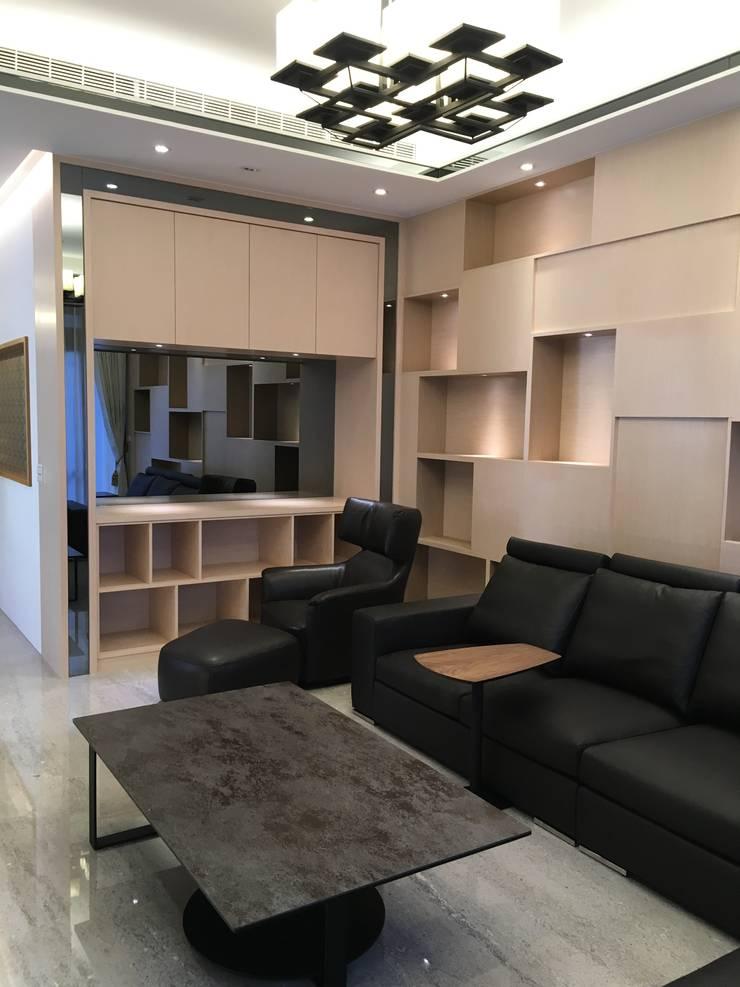 客廳造型櫃體:  客廳 by 台中室內設計裝修|心之所向設計美學工作室