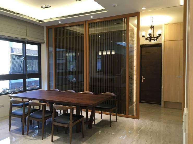 隱藏門(後方有廁所):  餐廳 by 台中室內設計裝修|心之所向設計美學工作室