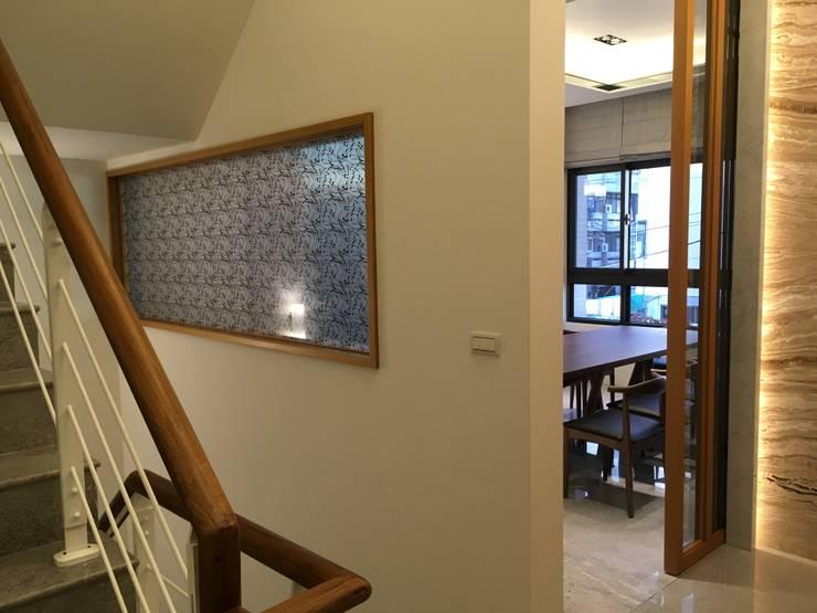 從1樓上2樓看到的端景,此面用木作埋框崁夾紗玻璃點景:  走廊 & 玄關 by 台中室內設計裝修|心之所向設計美學工作室