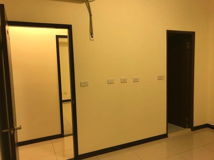 尚未變化前的主臥牆面:   by 台中室內設計裝修 心之所向設計美學工作室