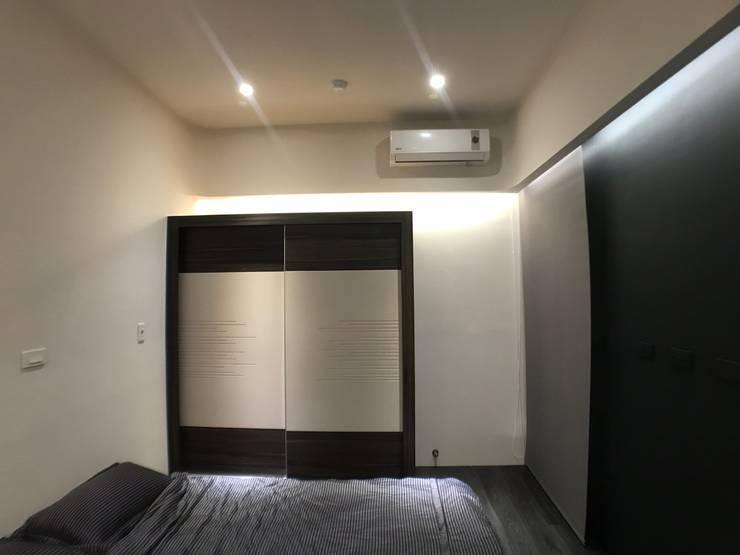 主臥冷氣與天花板:  臥室 by 台中室內設計裝修 心之所向設計美學工作室