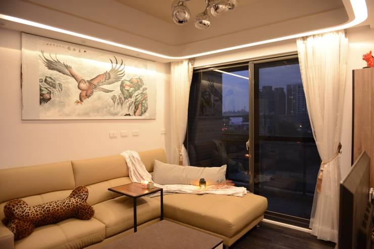 時尚單身公寓 紳士的品格:  客廳 by 台中室內設計裝修 心之所向設計美學工作室