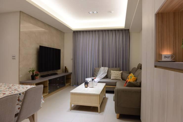 台中新成屋設計 - 帶有東方人文氣息的舒適居所 :  客廳 by 台中室內設計裝修 心之所向設計美學工作室