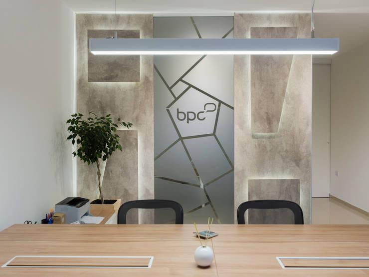 ESPACIO PUESTO DE TRABAJO : Oficinas y Tiendas de estilo  por CLAUDIA BREPPE,