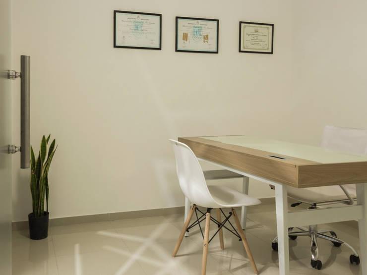 SALA PRIVADA: Oficinas y Tiendas de estilo  por CLAUDIA BREPPE,